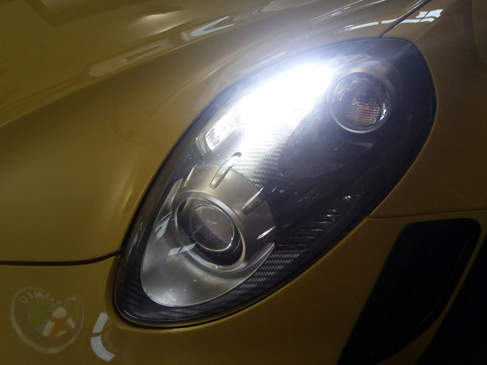 Angetrieben wird der Alfa Romeo 4C über einen Mittelmotor mit Sechsgang-Doppelkupplungsgetriebe