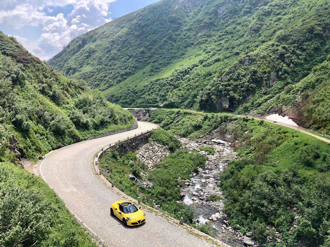 """Mit dem Alfa Romeo 4C über Kopfsteinpflaster entlang auf dem alten Gotthardpass (""""Passo del San Gottardo"""")"""