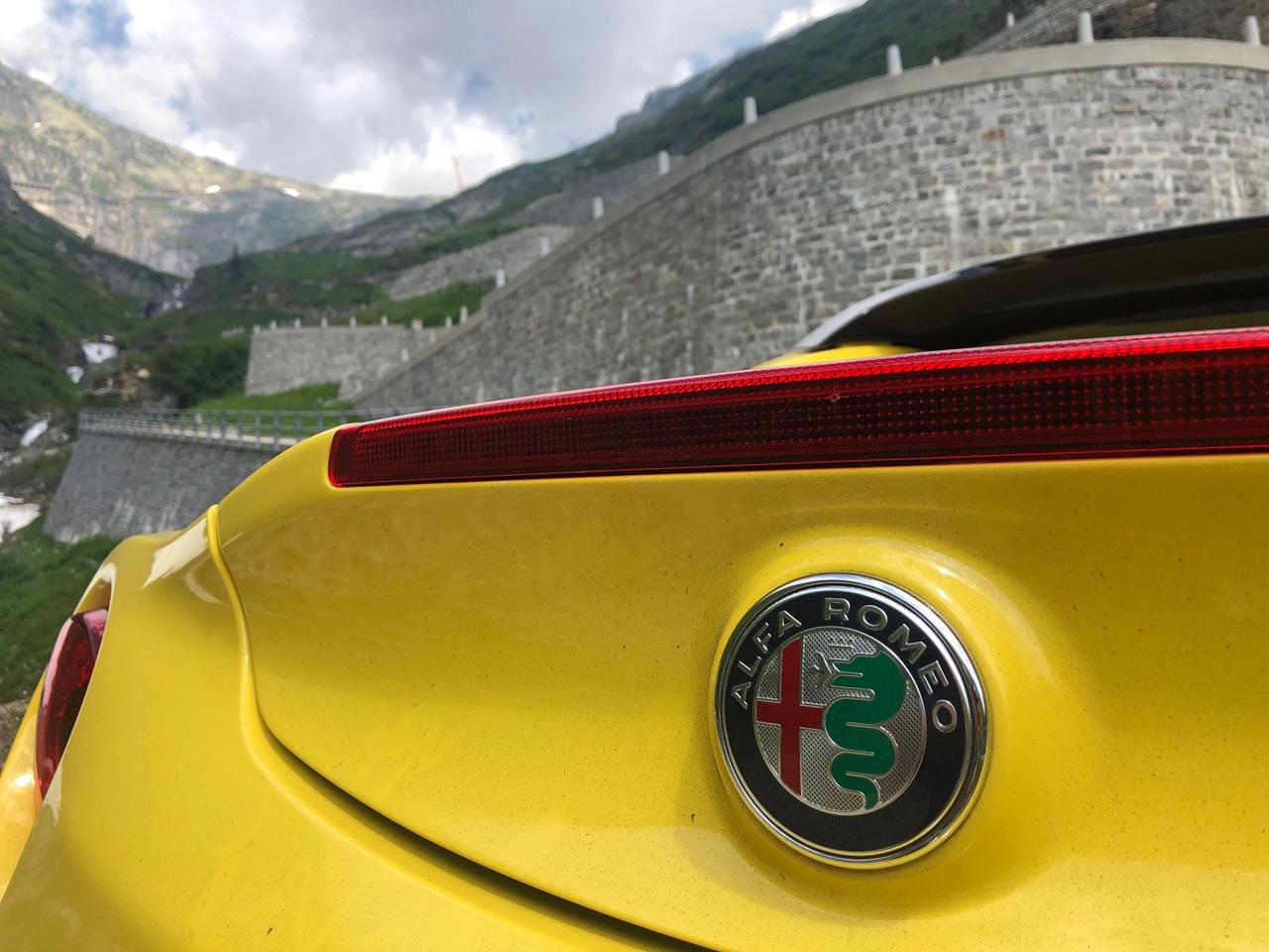Mit dem Alfa Romeo 4C über die Tremola-Straße in der Schweiz